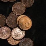 Une pièce de monnaie de cent est sur des pièces de monnaie encaissez l'euro corde de note d'argent de l'orientation cent des euro Photos stock
