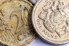 Une pièce de monnaie de livre contre l'euro pièce de monnaie Photo stock