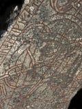 Une pierre scandinave antique de rune Texte rouge de rune et drwaing Image stock