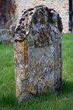 Une pierre tombale dans un cimetière antique Photos libres de droits
