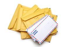 Une pile d'enveloppe et de lettre jaunes d'emballage sur le backgro blanc images stock