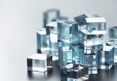 Une pile de beaucoup de peu de cubes en verre Images stock
