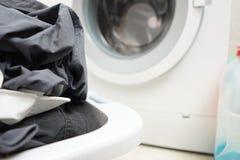 Une pile de blanchisserie sale attendant pour être lavé dans un machin de lavage Photographie stock libre de droits