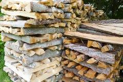 Une pile de bois de chauffage coupé dans la forêt, moissonnant pour l'hiver images libres de droits