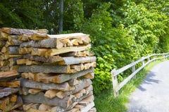 Une pile de bois de chauffage coupé dans la forêt, moissonnant pour l'hiver photos stock