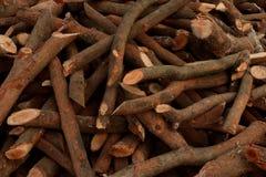Une pile de bois de chauffage empil?, pr?par?e pour chauffer la maison Collecte du bois du feu pour l'hiver ou le feu image stock