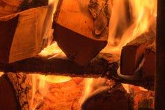 Une pile de br?lures de bois de chauffage dans le four photographie stock libre de droits