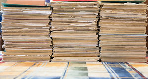 Une pile de carnets de vieille école Couverture multicolore Image stock