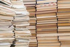 Une pile de carnets de vieille école et une pile de manuels ou de livres Photos stock