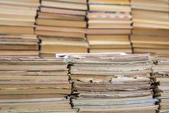 Une pile de carnets de vieille école et une pile de manuels ou de livres Images libres de droits