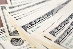 Une pile de cent factures de dollar US Photo libre de droits