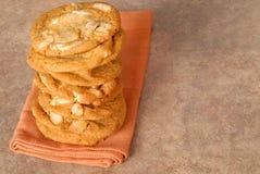 Une pile de chocolat blanc délicieux avec des biscuits de noisetier d'Australie photo stock