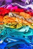 Une pile de choses colorées sur une chaise Encombrement des vêtements image stock