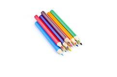 Une pile de crayons colorés sur le blanc Photo stock