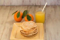 Une pile de crêpes de petit déjeuner avec le jus d'orange Photo stock