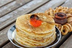 Une pile de délicieux, crêpes avec le caviar rouge présenté sur le p Photographie stock