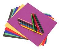 Une pile de dépliants de fichier colorés Images libres de droits