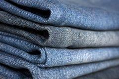 Une pile de différents types de clos bleus de jeans de denim photographie stock libre de droits