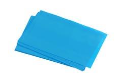 Une pile de feuille absorbante de pétrole bleu Image libre de droits
