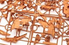 Une pile de kit en plastique orange métallique de modèle d'échelle a placé avec les pièces robotiques futuristes images libres de droits