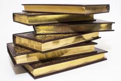 Une pile de livres avec des pages d'or Photographie stock libre de droits
