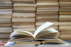 Une pile de livres avec les couvertures colorées La bibliothèque ou la librairie Livres ou manuels Éducation et lecture Photos stock