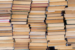 Une pile de livres avec les couvertures colorées La bibliothèque ou la librairie Livres ou manuels Éducation et lecture Photo stock
