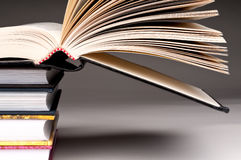 Une pile de livres avec un ouvert Photo stock