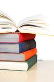 Une pile de livres reliés épais multicolores Images stock
