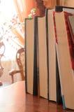 Une pile de livres sur la table Image stock