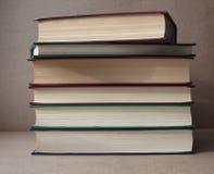 Une pile de livres sur un fond de ouvrage Bibliothèque à la maison photographie stock libre de droits