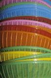 Une pile de paniers colorés dans Chinatown, CA Image libre de droits