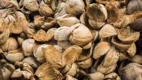 Une pile de peau de coquille de noix de coco dans le pays tropical de l'Asie photographie stock