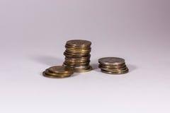 Une pile de pièces de monnaie sur un fond blanc Photographie stock