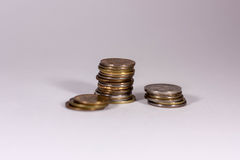 Une pile de pièces de monnaie sur un fond blanc Image libre de droits