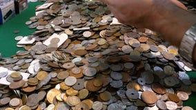 Une pile de pièces de monnaie Différentes devises du monde clips vidéos