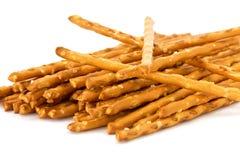 Une pile de pretzel colle sur le backgroun blanc Image stock