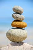 Une pile de roches rondes par la mer Photographie stock libre de droits