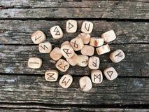 Une pile de runes en bois aux runes en bois de forêt se trouvent sur un vieux fond en bois Des runes sont coupées des blocs en bo photos libres de droits