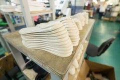 Une pile de semelles blanches de chaussure Images stock