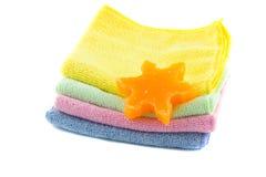 Une pile de serviettes et de savon colorés sous forme d'étoile-forme Image stock