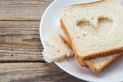 Une pile de tranches de pain blanc d'un plat sur une table en bois Photographie stock