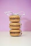Une pile de trois macarons. Image libre de droits
