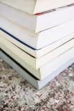 Une pile de vieux livres colorés Images libres de droits