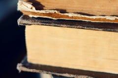 Une pile de vieux livres minables de cru de grande épaisseur images stock