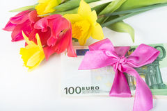 Une pile des billets de banque a rapporté le ruban sur le cadeau Photographie stock libre de droits