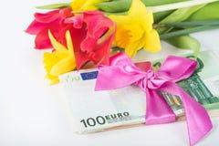 Une pile des billets de banque a rapporté le ruban sur le cadeau Images libres de droits