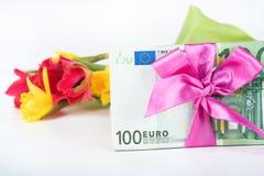 Une pile des billets de banque a rapporté le ruban sur le cadeau Image stock