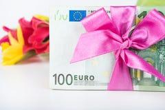 Une pile des billets de banque a rapporté le ruban sur le cadeau Images stock