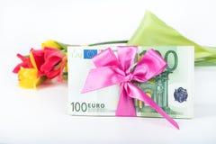 Une pile des billets de banque a rapporté le ruban sur le cadeau Photo libre de droits